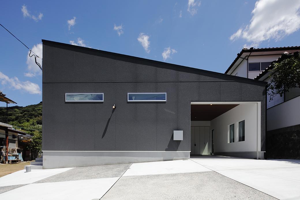 ビルトインガレージと中庭デッキで 豊かな暮らしを愉しむ平屋の家