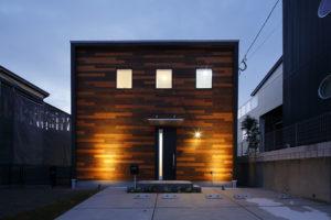 特徴的なポイント・ウッドの外観にこだわった コンパクトな中にくつろぎ空間を配した家